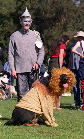 TINMAN_and_the_cowardly_lion_at_2002_Pet_Pride_Day,_SF-H560